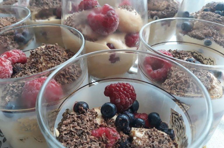 Deser Tiramisu z kajmakiem i owocami