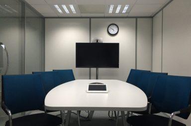 Wideokonferencja-komunikacja-w-sieci-jak-wybrać-bezpieczne-narzędzia-384x253