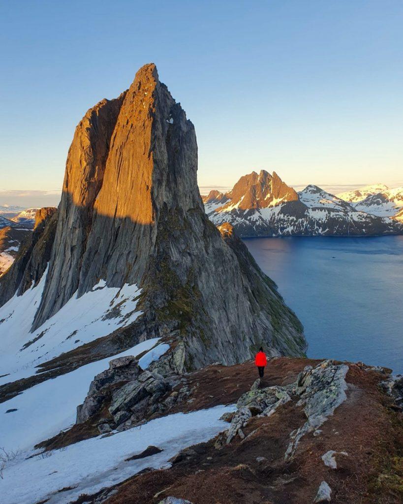góry-i-śnieg-w-Norwegii-819x1024